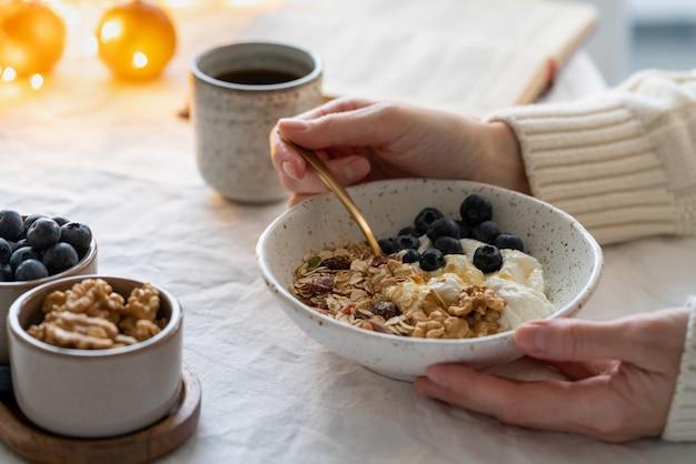 Читать книгу и есть здоровый рождественский праздник зимний завтрак с мюсли