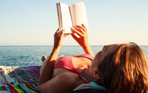 ビーチで本を読んで