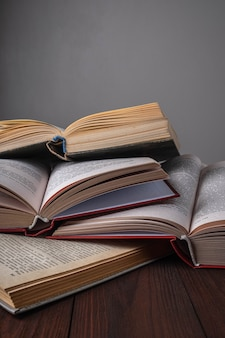 Чтение книг, книг на деревянных фоне