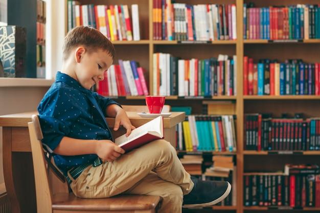 一杯のお茶で読書少年