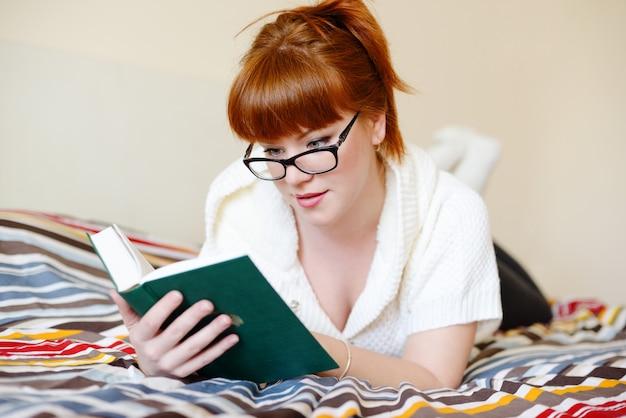 Читающая рыжая женщина