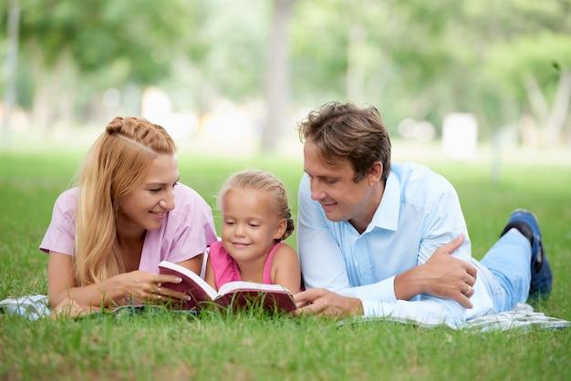 Чтение дочери