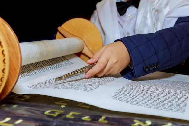 律法を読んで、バーmitzvaを下にして祈る