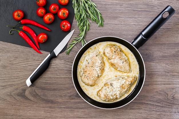 크림 소스와 함께 프라이팬에 준비된 닭 가슴살.