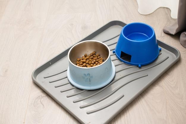 Готовый сухой гранулированный корм для собак и вода