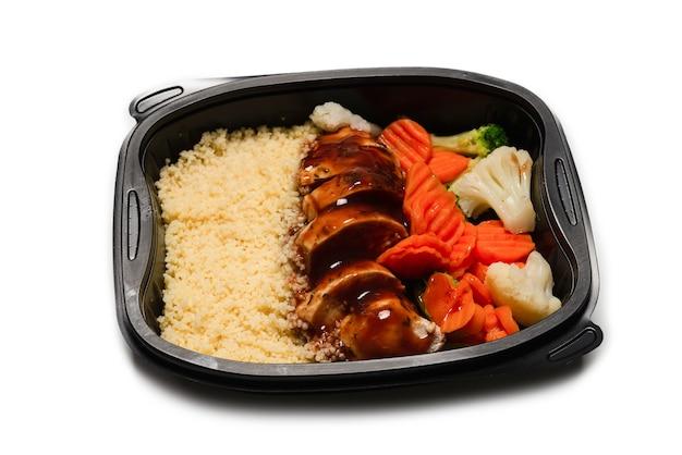 용기에 준비된 음식. 데리야끼 소스에 닭고기 조림, 당근 조림, 양배추, 죽. 흰색 표면에 격리.