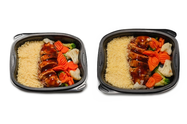 용기에 준비된 음식입니다. 데리야끼 소스에 삶은 닭고기, 당근, 양배추, 죽. 흰색 표면에 격리.