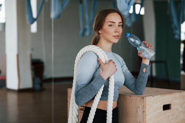 Готов к следующему раунду. спортивная молодая женщина имеет фитнес-день в тренажерном зале в утреннее время