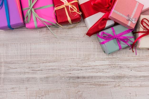 크리스마스 준비. 나무 테이블 상단보기에 화려한 선물