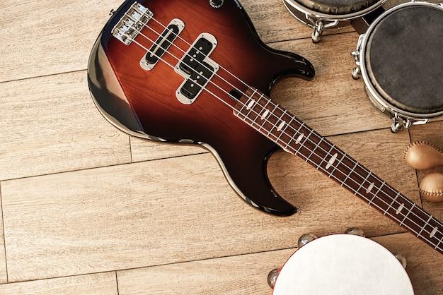 Готовые к выступлению вид сверху набор музыкальных инструментов коричневые электрогитара барабаны золотые маракасы