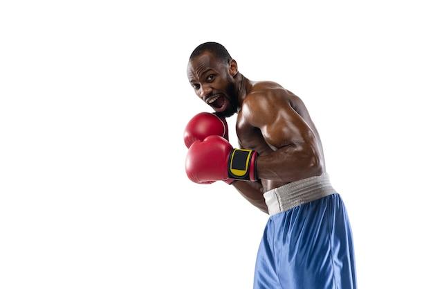 準備。白いスタジオの背景に分離されたプロのアフリカ系アメリカ人ボクサーの面白い、明るい感情。ゲームの興奮、人間の感情、顔の表情、スポーツコンセプトへの情熱。
