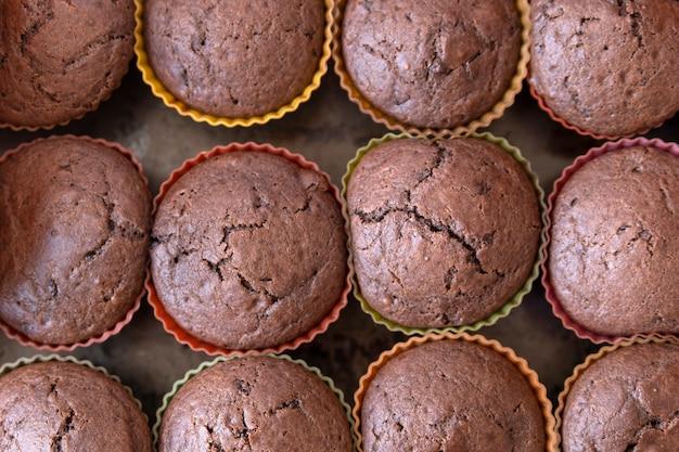 Готовые шоколадные кексы на противне. крупный план. домашняя выпечка.