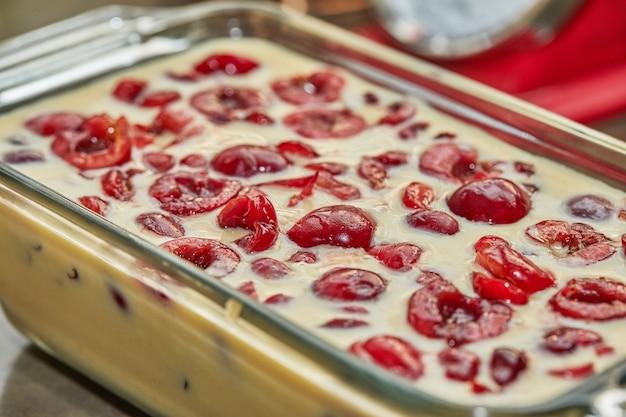 チェリーパイ缶、クラフティにチェリーを入れた既製の生地。ステップバイステップのレシピ。