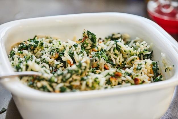 チャードパイ用の白い皿に既製の詰め物。ステップバイステップのレシピ。