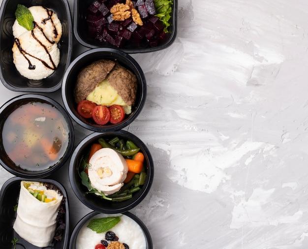 식품 용기에 담아 먹을 준비가 된 식사