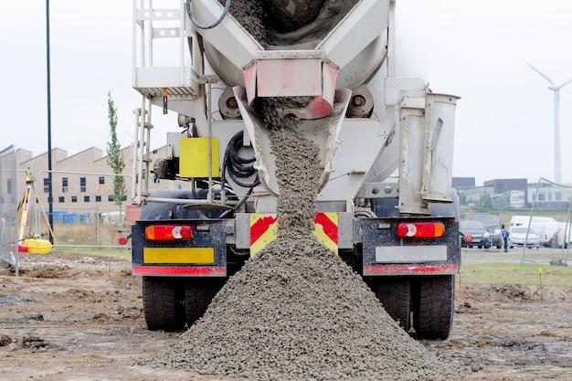 Товарный полусухой бетон доставляется на строительную площадку и выгружается из автобетоносмесителя.