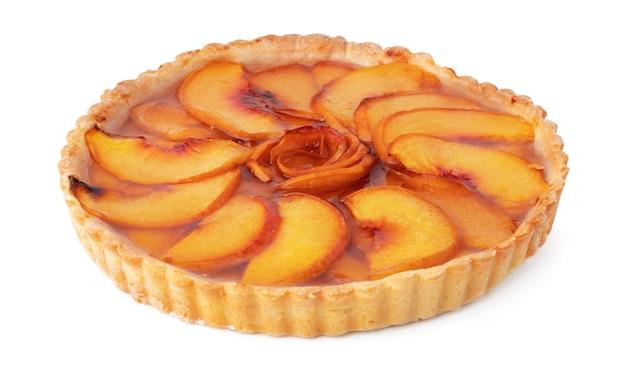 白い背景で隔離の準備ができて桃のタルトパイ