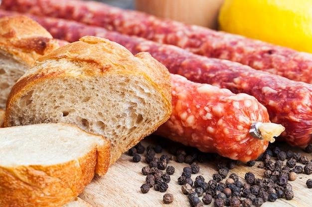 Готовьте мясо к еде вместе с хлебом во время приготовления пищи на кухне.