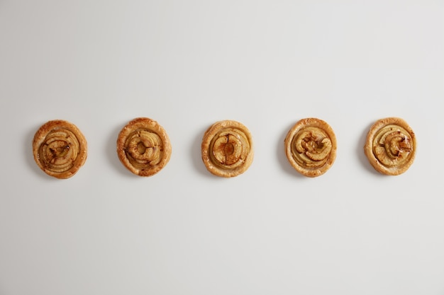 먹을 준비. 전문 제과점이 베이커리 숍에서 구워낸 달콤하고 맛있는 소용돌이. 흰색 배경, 상위 뷰입니다. . 맛있는 아침 식사, 식욕을 돋우는 패스트리
