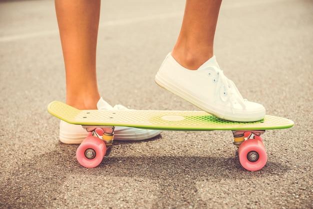 갈 준비가 되었습니다. 클로즈업, 의, 여자, 보유, 그녀, 다리, 통하고 있는, 스케이트보드