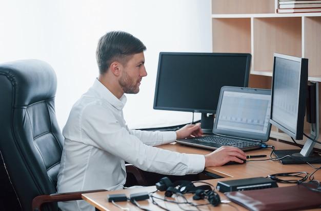 準備オーケー。ポリグラフ検査官は彼の嘘発見器の機器を使用してオフィスで働いています