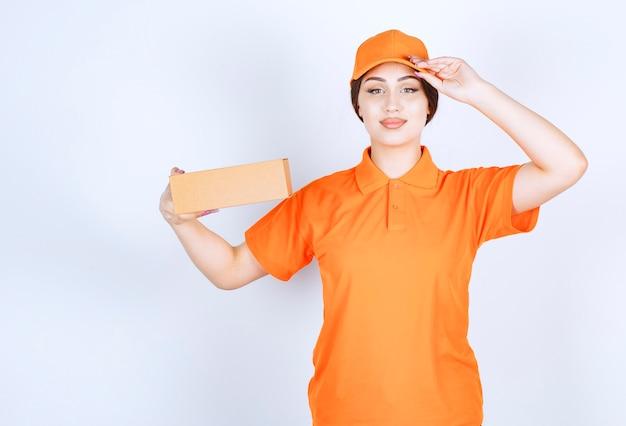 準備オーケー。配達の準備ができているオレンジ色のユニシェイプの女性