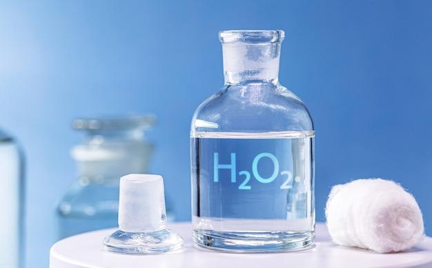 유리 마개가 있고 내부에 과산화수소가있는 시약 병. 실험실에서 화학 원소 h2 o2