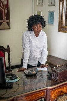 オフィスで本物のアフリカの黒人実業家