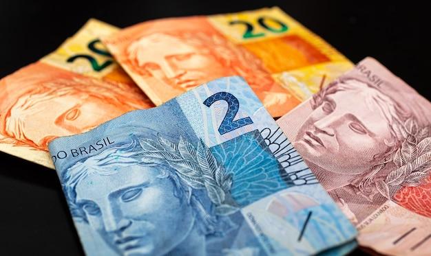 사진에 실제 brl 브라질 돈 지폐는 검은 배경으로 닫습니다