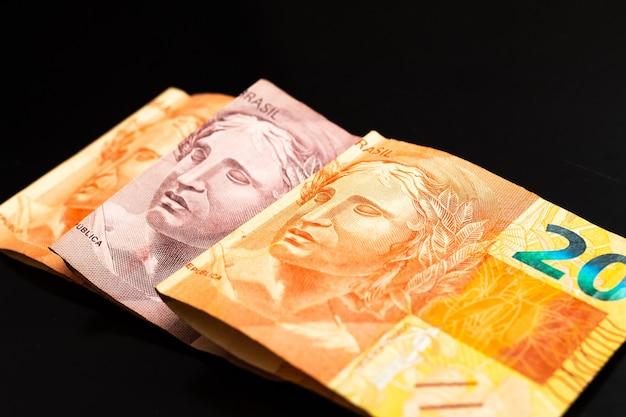 暗い表面に分離された本物のbrlブラジル紙幣