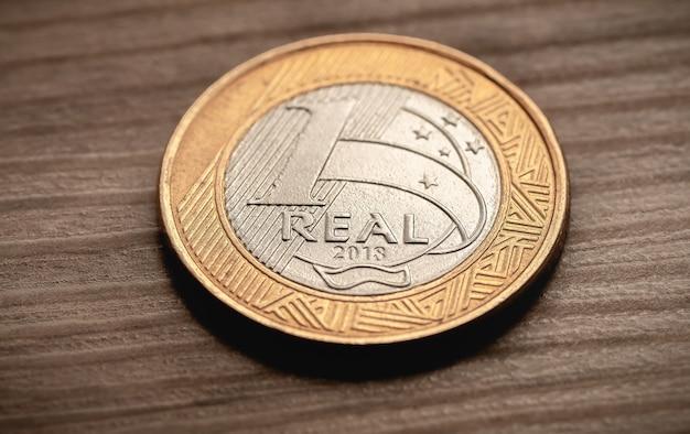 ブラジルからのレアルのお金1つの本物のコインをクローズアップ