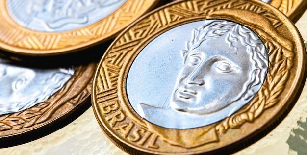 クローズアップでブラジルのブラジルの硬貨からの実際のbrlのお金