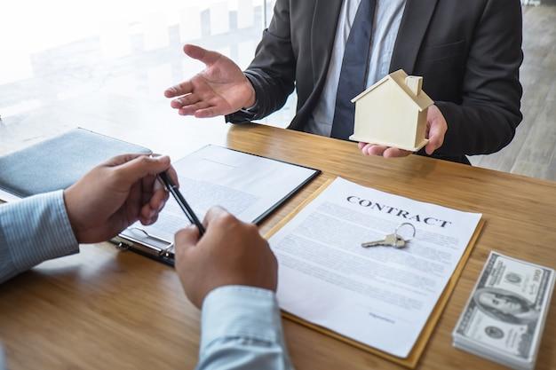 不動産業者は、承認された不動産申請書で住宅を購入する契約に署名した後、住宅ローンを提示し、住宅、顧客に鍵を渡します。