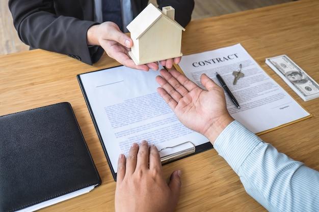 不動産業者は、契約を締結した後、住宅ローンを提示し、家、顧客に鍵を与えています