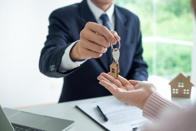 不動産業者が家の鍵を与える