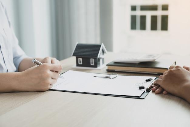 Агент по недвижимости рука ручку, указать бизнес-контракт, страхование жилья.