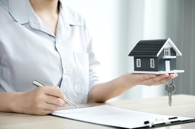 Агент по недвижимости рука ручку, указать бизнес-контракт, аренда, покупка, страхование жилья