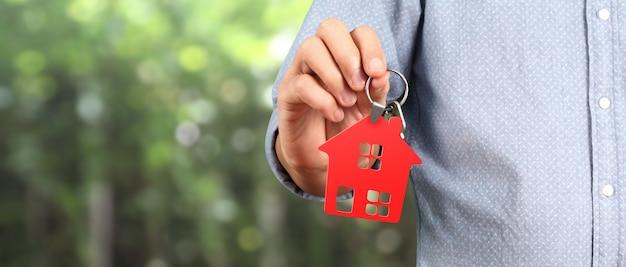 手に家の鍵を渡す不動産業者