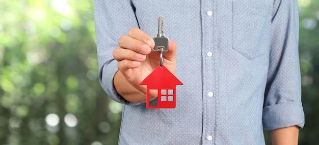 Агент по недвижимости передает ключи от дома в руки