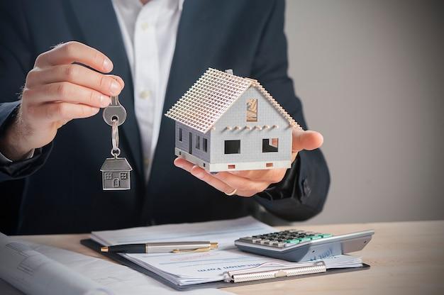 Агент по недвижимости передает ключи от дома
