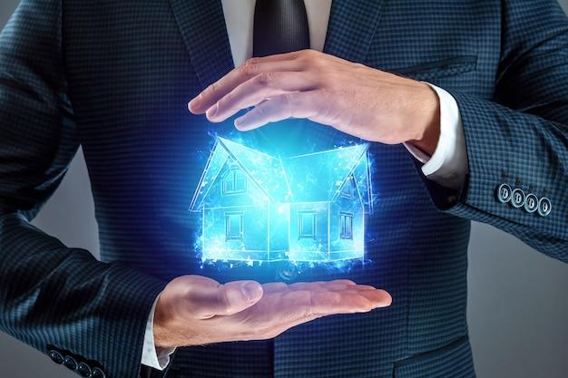 Агент по недвижимости предлагает дом, голограмму дома.