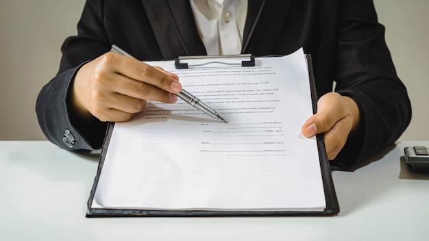 Агенты по недвижимости подают клиентам утвержденные формы запросов на ипотеку, подписывают контракты на недвижимость, идеи ипотечного жилищного кредита и страхование жилья.