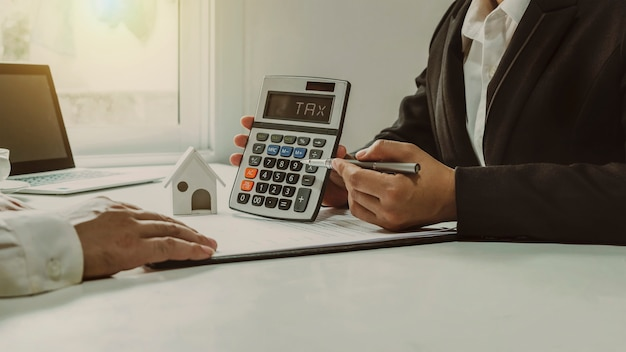 不動産業者は、クライアントにローンの見積もりと詳細、不動産投資ローンのアイデアについて話し合い、提供します。