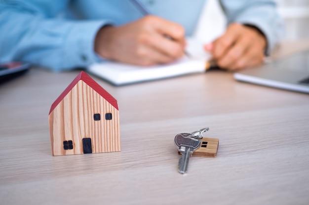 Агенты по недвижимости или концепция агентов по продаже дома.