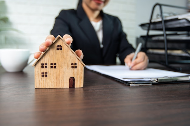 不動産と家の契約に署名、家の売り手と買い手は交渉に成功し、合意に達し、紙に署名する