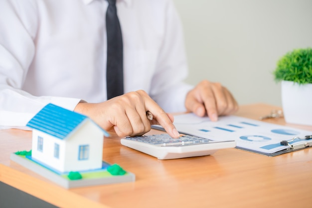 Агент по продаже недвижимости представляет и консультирует клиента при принятии решения подписать договор страхования