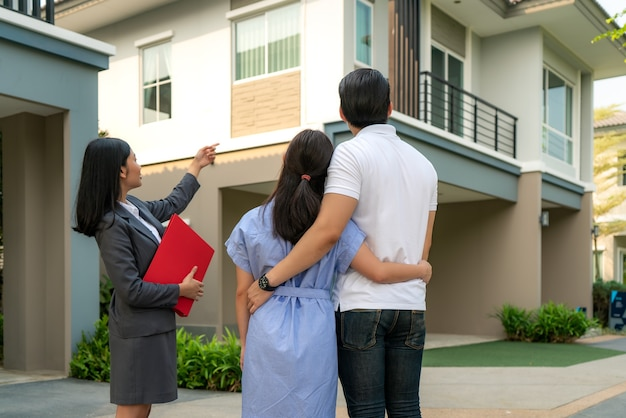 Агент по недвижимости, показывающий проект дома