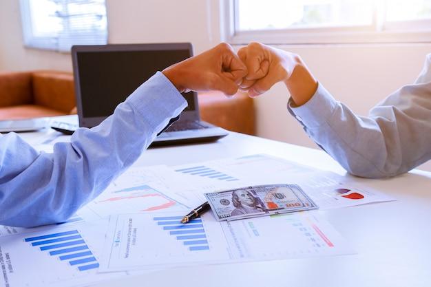 不動産ブローカーと顧客契約を結んだ後に握手。