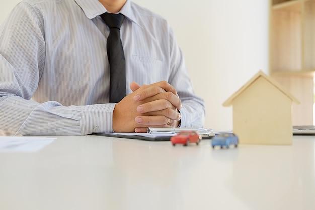 不動産仲介業者の住宅と車の賃貸物件リスト