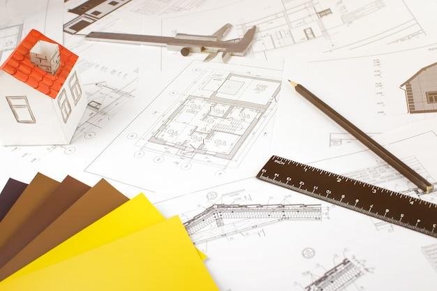 Недвижимость, строительство, строительство, концепция архитектуры. чертежи инструментов для архитектурных материалов